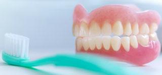Pravil'nyj uhod za zubnymi protezami